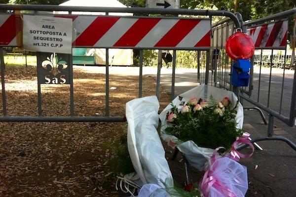 Rose davanti al punto dove il ramo killer da 7 quintali ha ucciso le due donne