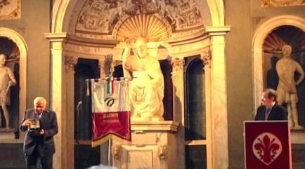 Ercole Baldini (a sin.) mentre riceve il premio