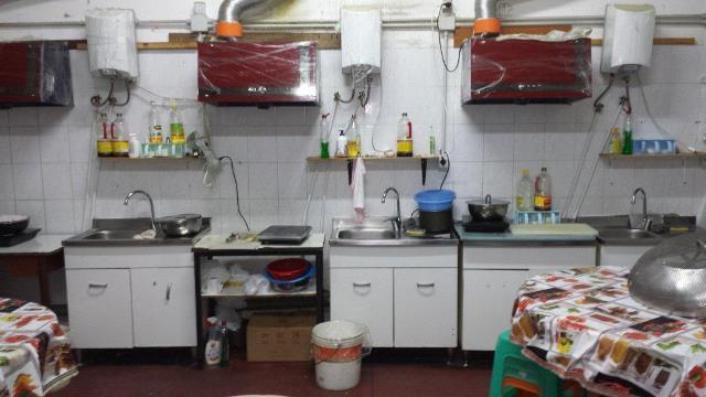 L'improvvisata mensa aziendale ricavata nel capannone dell'Osmannoro