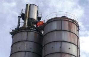 L'operaio in cima al silos della Fermet a Carrara