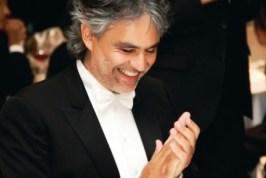 Andrea Bocelli e la moglie, promotori della cena, nella villa del Forte dei Marmi, contro l'Alzehimer
