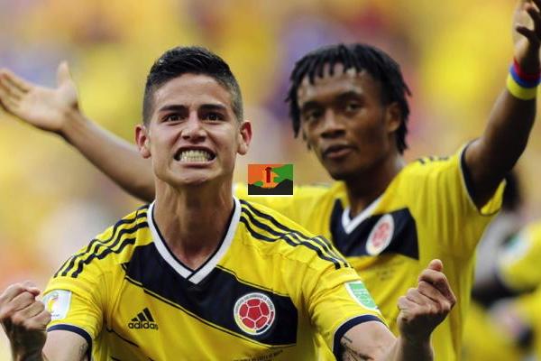 Il cannoniere James Rodriguez (5 gol in quattro partite) festeggia con Cuadrado