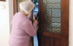 Firenze, truffe in casa agli anziani: caccia a un uomo che si spaccia per avvocato o carabiniere