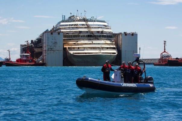 Ore 12.16, la Concordia scortata all'ingresso del porto di Genova Prà-Voltri