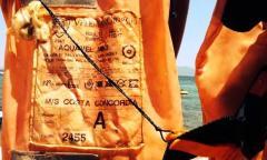 Giubbotto salvagente Costa Concordia, foto da Twitter di Chiara Organtini e del quotidiano Pagina 99