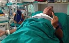 Orbetello: Bonolis colpito da malore. La moglie lo fotografa in barella: lui alza il dito medio