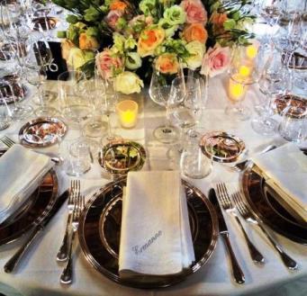 Tavoli imbanditi per la cena di gala