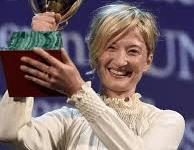 Alba Rohrwacher alza la coppa Volpi appena conquistata alla Mostra del cinema di Venezia
