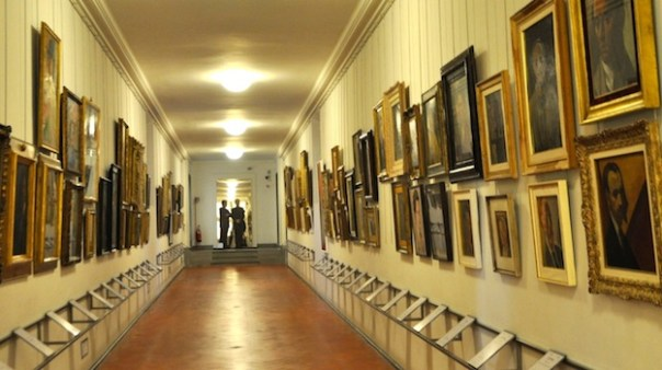La galleria degli autoritratti lungo il Corridoio Vasariano