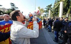 Firenze, Matteo Renzi alla Leopolda 2015: le «Vittime del Salva-Banche» in presidio di protesta