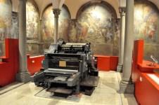 Una macchina tipografica a caratteri mobili degli anni '70 in mostra presso la Società Dante Alighieri