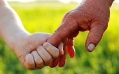 Toscana: c'è un bambino ogni due anziani. I minori sono solo il 15% della popolazione (ma vivono meglio dei coetanei di altre regioni)