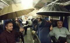 Treno Aulla-Pisa: piove nel vagone, viaggiatori con l'ombrello aperto