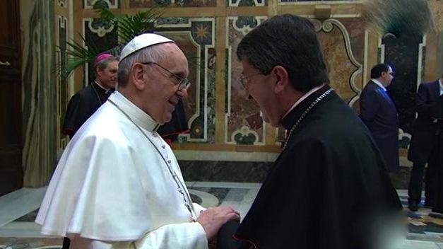 Il Papa in preghiera sulle tombe di don Mazzolari e don Milani