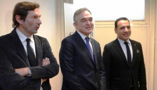Da sinistra, Massimo Biagioni, direttore di Confesercenti Toscana,Enrico Rossi, presidente della Regione, e Nico Gronchi, presidente regionale di Confesercenti