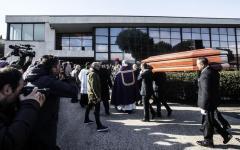 Morte di Pino Daniele, inchiesta per omicidio colposo. Dura predica di padre Renzo ai funerali romani