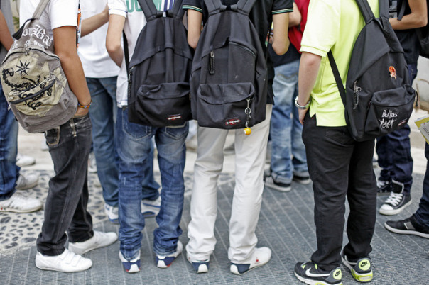 Studenti davanti a una scuola