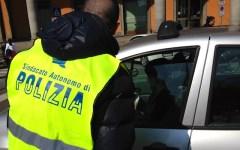 Firenze, emergenza sicurezza: poliziotti del Sap ai semafori distribuiscono cartoline da spedire a Renzi