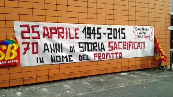 Livorno, striscione di protesta davanti alla Coop di via Settembrini aperta il 25 aprile
