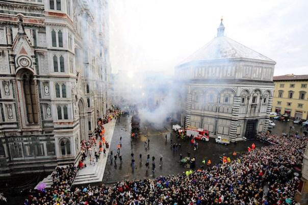 Firenze Piazza del Duomo durante lo Scoppio del Carro (foto Giacomo Morini)