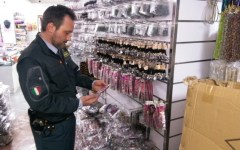 Prato, falsi: sequestrate 1,7 milioni di bamboline da braccialetti