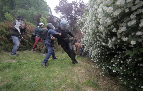 Poliziotto aggredito a Milano