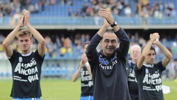 Maurizio Sarri e i giocatori rispondono all'applauso del pubblico del Castellani dopo l'ultima partita di campionato