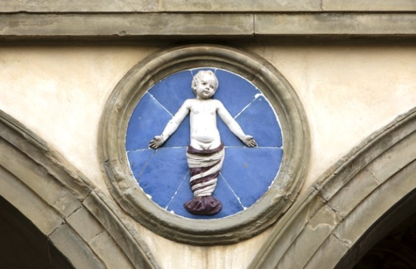Firenze, Istituto degli Innocenti: uno dei putti di Della Robbia