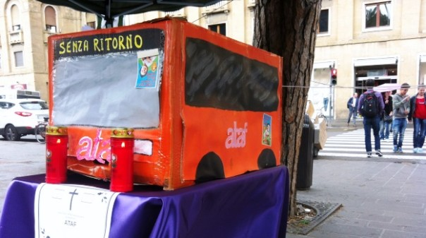 """Firenze, possibile blocco totale dei bus Ataf il 25 maggio: il """"funerale"""" dell'azienda allo stand dei sindacati"""
