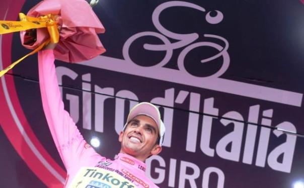 Giro d'Italia 2015, Alberto Contador all'Abetone con la maglia rosa (foto Twitter - Giro d'Italia)