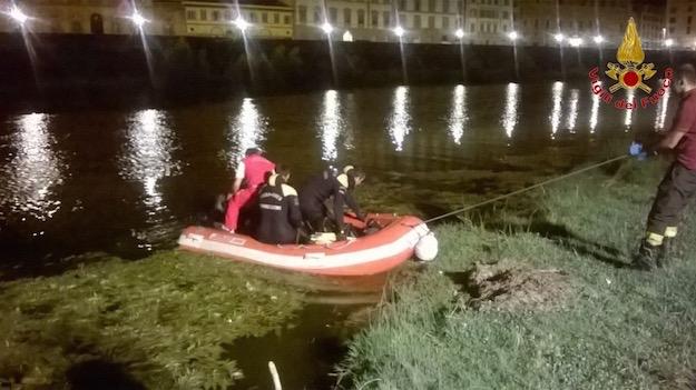 Firenze, ragazza cade in Arno. Soccorsa dai passanti