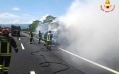 Bus in fiamme sull'A11, bloccata per oltre un'ora tra Prato e Pistoia (Video)