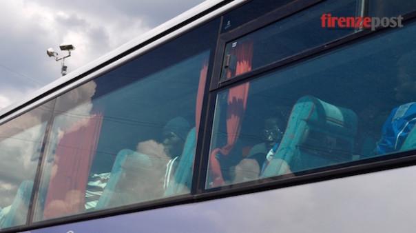Gruppo di migranti in arrivo a Firenze