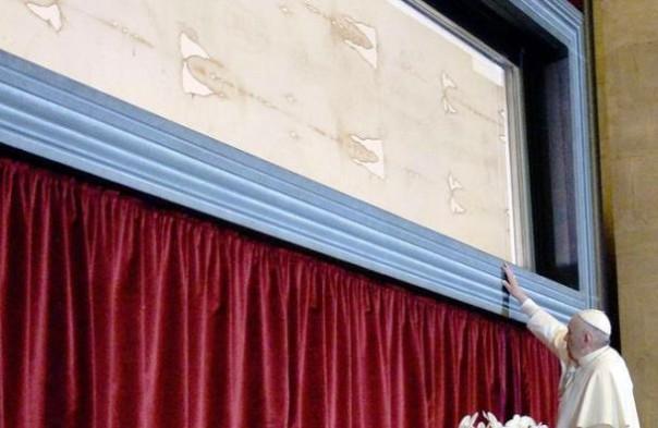 Papa Francesco di fronte alla Sindone
