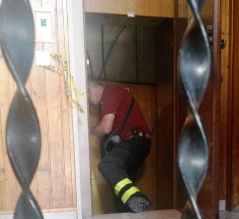 Pisa, vigili del fuoco nel vano dell'ascensore precipitato