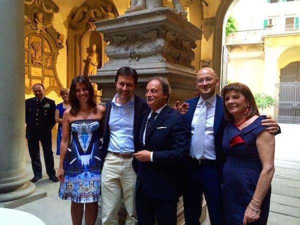 Il prefetto Varratta (al centro) con il sindaco Nardella, la moglie Giovanna e i figli Salvatore e Bianca