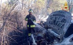 San Miniato: un fuoco di sterpaglie distrugge 4 auto in un parcheggio