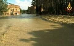 Nubifragio, esonda l'Ombrone: Buonconvento allagata. Famiglie salvate con l'elicottero