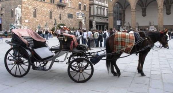 Firenze, una carrozza di cavalli dei fiaccherai in piazza Signoria