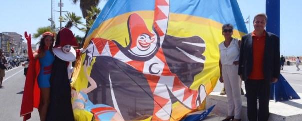 A Viareggio versione estiva del Carnevale, sulla paseggiata a mare
