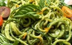 Spaghetti Julienne di zucchine al pesto e pomodori secchi
