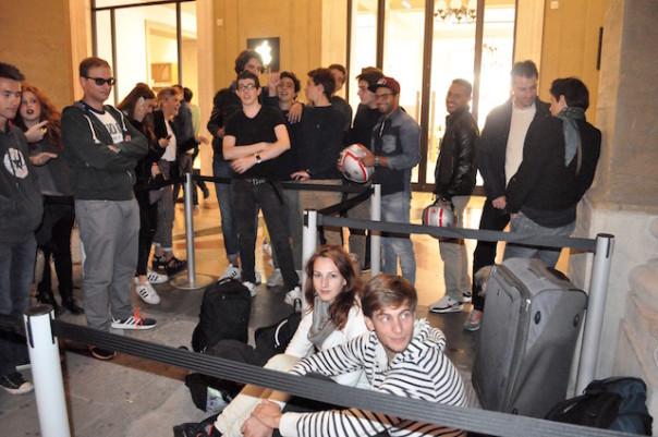 Gruppi di giovani in attesa durante la notte davanti al nuovo Apple Store di Firenze