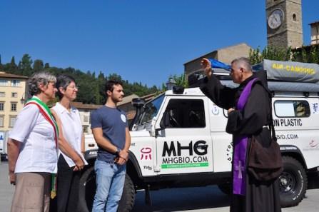 La benedizione del viaggio da parte del guardiano del Convento di San Francesco in piazza Mino a Fiesole