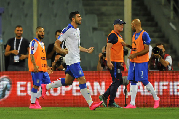 Pellè, autore (con il braccio) del gol decisivo di Italia-Malta