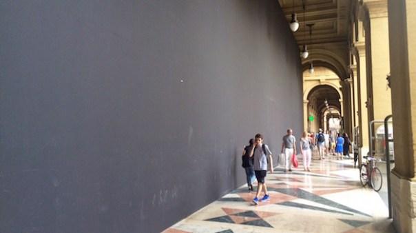 La grande parete che per mesi ha coperto il cantiere in piazza della Repubblica