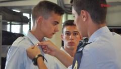 Un allievo del 1° anno della Scuola Aeronautica Douhet mentre riceve le stellette militari (Foto FirenzePost)