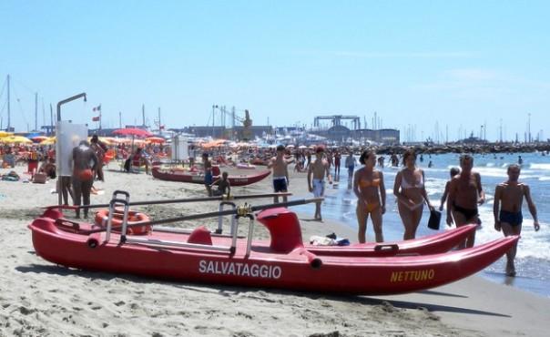 Viareggio, tragedia al mare dove una turista tedesca è morta