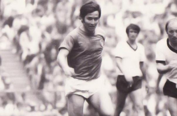 Giancarlo De Sisti, ai tempi in cui era capitano della Fiorentina e vestiva la maglia della nazionale