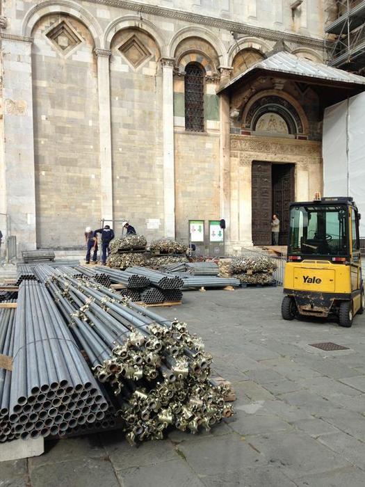 Ponteggi nella cattedrale di Pisa