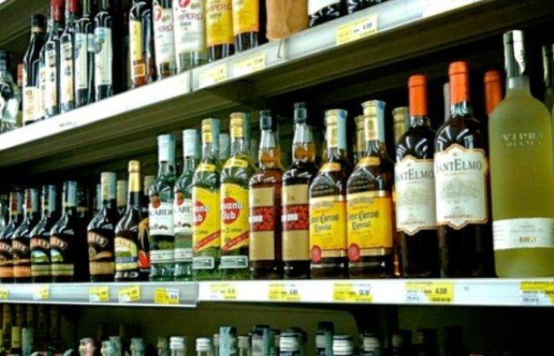 Centinaia di bottiglie di alcolici in vendita nei minimarket